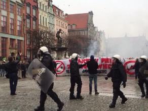 Uczestnicy manifestacji odśpiewali Hymn Polski