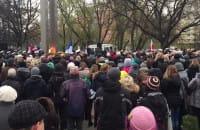 Tłum pod pomnikiem w Gdyni