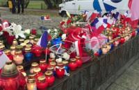 Znicze pod pomnikiem w Gdyni - solidarność z ofiarami w Paryżu