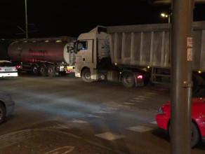 Ciężarówka zablokowała skrzyżowanie
