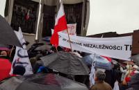 Przepychanki między zwolennikami i przeciwnikami rządu
