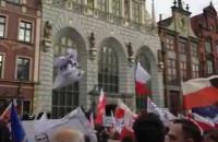 Manifestacja i flagi na Długim Targu w Gdańsku