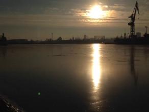 Zamarznięty kanał portowy w Gdańsku