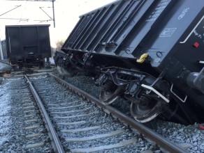 Wykolejony pociąg na torach przy ul. Wschodniej w Gdańsku