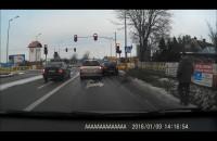 Szaleniec za kierownicą przejeżdża na czerwonym