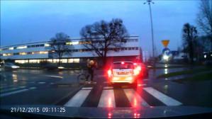Rowerzysta uderza łokciem w samochód