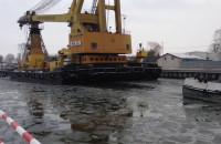 Żuraw Maja wpływa na teren stoczni Wisła