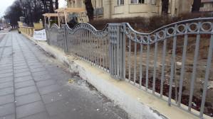 Uszkodzone ogrodzenie willi przy Uphagena po wypadku samochodowym