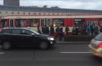 Piesi chodzą po jezdni przy Dworcu