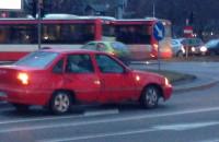 Skutki kolizji tramwaju z autem pod Zieleniakiem