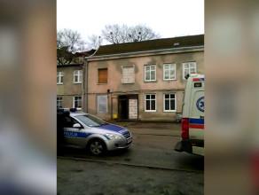 Służby przyjechały do mężczyzny, który wszedł na dach przy ul. Kartuskiej