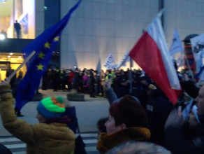 Protest KOD przy Teatrze Muzycznym w Gdyni