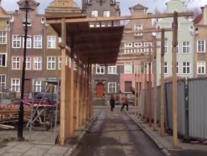 Drewniana brama na ul. Krowiej w Gdańsku