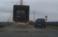 Czy tak się w Gdańsku przewozi samochody?