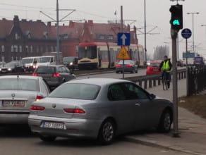 Dwa auta na awaryjnych pod Zieleniakiem