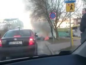 Spłonął samochód po uderzeniu w drzewo