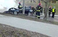 Młody kierowca uderzył w drzewo na Niedźwiedniku