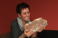 Kobieta zbiera stare cegły