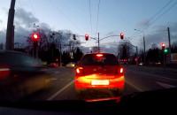 Jak długo musi świecić się czerwone, żeby się zatrzymał?