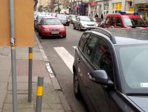 Straż miejska nie reaguje na nieprawidłowo zaparkowane auto