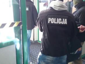 Policja wyprowadza z sądu aresztowanych za próbę zakupu kałasznikowów