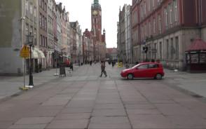 Samochody bezkarnie przejeżdżają przez ul. Długą
