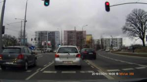 Cwaniak z prawego pasa skręca w lewo