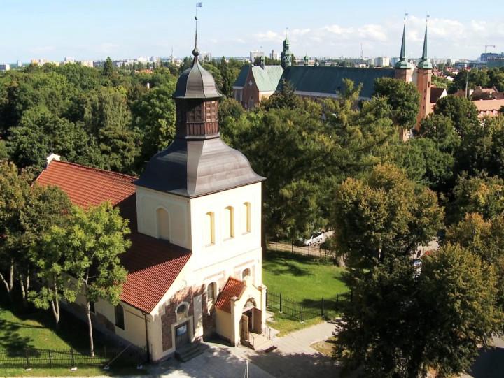 Niegdyś pochowano przy nim pomorskich rycerzy zamordowanych przez Krzyżaków, adziś znany jest zmszy świętych dla przedszkolaków. Zobacz średniowieczny kościół św. Jakuba wOliwie.