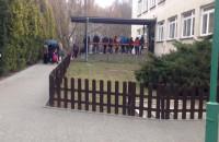Kolejka pod przedszkolem - tak miasto pomaga rodzicom :(