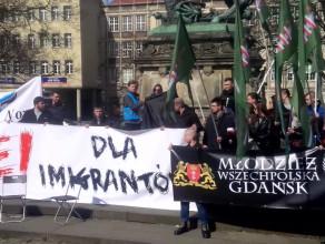 Kobieta ubiera burkę na manifestacji przeciwko imigrantom