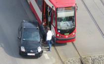 Skutki kolizji tramwaju z autem na Wałach...