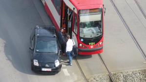 Skutki kolizji tramwaju z autem na Wałach Piastowskich