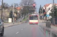 Autobus przejeżdża na czerwonym świetle
