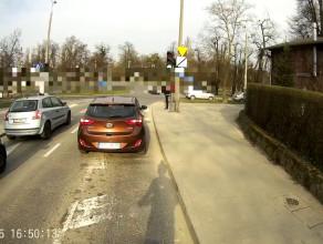 Rowerzystka na czerwonym i po przejściu
