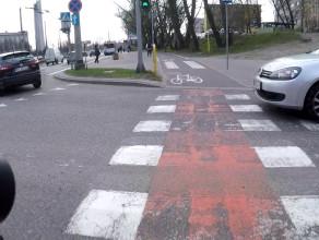 Miły kierowca ustępuje rowerzyście