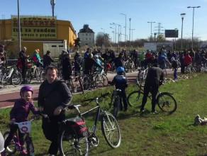 Rowerzyści oczekujący na wjazd do tunelu