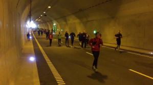 Biegacze w tunelu pod Martwą Wisłą