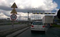 Ciężarówka utrudnia wjazd do tunelu przy...