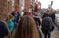 Tłumy spacerujących na Długim Targu