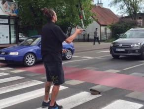 Żongler na przejściu dla pieszych