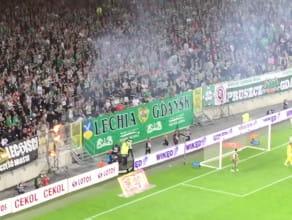 Ogień za bramka Legii Warszawa podczas meczu z Lechią w Gdańsku