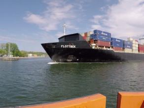 Duży kontenerowiec Flottbek wpłynął do gdyńskiego portu