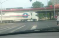 Kierowca tira cofał na skrzyżowaniu, bo nie wyrobił zakrętu