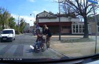 Pomoc niepełnosprawnemu na pasach