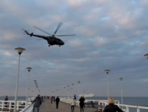 Śmigłowiec wojskowy nad molo w Brzeźnie