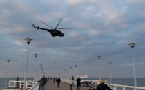 Wojskowy śmigłowiec nad molo w Brzeźnie