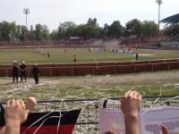 Radość kibiców żużlowców Wybrzeża z wygranego wyścigu w Bydgoszczy