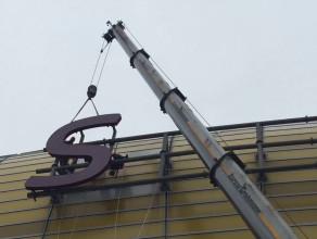 Montaż napisu na Stadionie Energa Gdańsk
