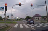 Gazem na czerwonym przez przejście i skrzyżowanie