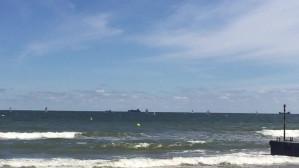 Silny wiatr na plaży w Sopocie. Kite'y gotowe do odlotu